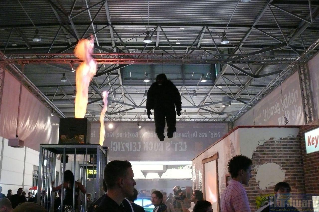 [26/08/08] At the Games Convention you couldn't just see games and hardware but also some really funny or even bizarre curiosities. – That ape definitely misunderstood the term hanging out…