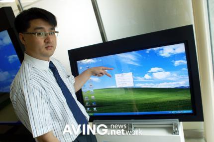 42 zoll touch screen mit durchdachter bedienung. Black Bedroom Furniture Sets. Home Design Ideas