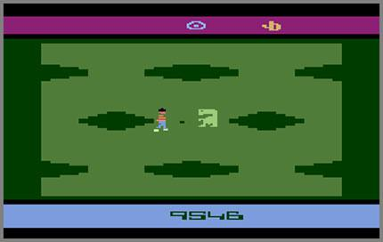 E. T. on the Atari VCS: Fleeing from the bad guys, the character keeps falling into holes all the time. That's tedious. (picture: virginmedia.com