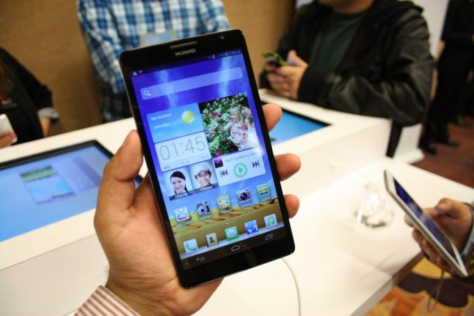 Huawei stellt Note-2-Konkurrenten Ascend D2 und 6 1-Z  246 ller Ascend    Huawei Ascend Mate 2 In Hand