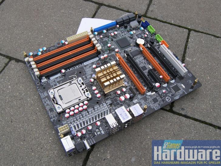Six slots for memory and four for graphics cards - prerelease sample of the Foxconn Renaissance. (picture: PCGH)