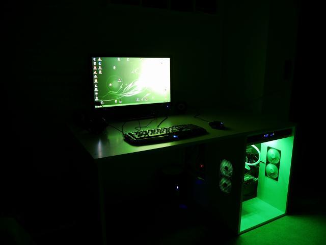 pcghx projekt schreibtisch mit carbonfolie integriertem pc und beleuchtung. Black Bedroom Furniture Sets. Home Design Ideas
