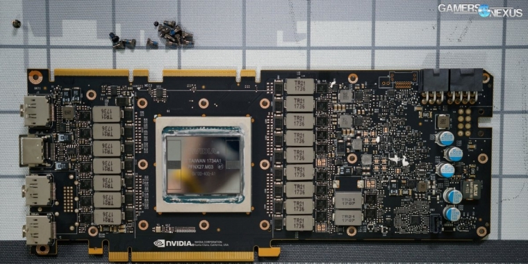 Nvidia Titan V: Tear-Down zeigt nackte GV100-GPU, PCB und Kühler